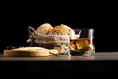 Glas Whisky in einer Dunkelheit umgebend stockfoto