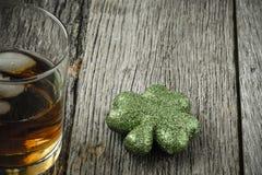 Glas Whisky en Klavers Royalty-vrije Stock Afbeelding