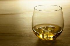 Glas Whisky geschossen auf einer Holzoberfläche stockfotos