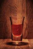 Glas Whisky im Hintergrund der alten hölzernen Stange Lizenzfreie Stockfotos