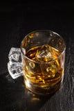 Glas whisky met ijs royalty-vrije stock foto