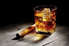 Glas Whisky mit einer Zigarre Lizenzfreies Stockfoto