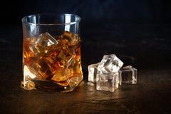 Glas Whisky mit Eiswürfeln Lizenzfreie Stockfotografie