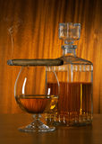 Glas Whisky mit Zigarre Stockbilder