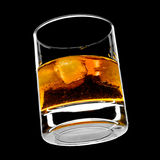 Glas whisky op de rotsen Stock Foto's