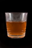 Glas whisky op donkere achtergrond stock afbeelding