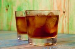 Glas whisky op een abstracte houten lijst Stock Foto