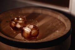 Glas whisky op houten dichte omhooggaand als achtergrond Royalty-vrije Stock Fotografie