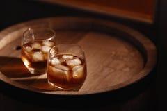 Glas whisky op houten dichte omhooggaand als achtergrond Stock Afbeelding