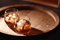 Glas whisky op houten dichte omhooggaand als achtergrond Stock Fotografie