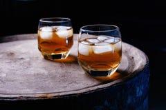 Glas whisky op houten dichte omhooggaand als achtergrond Royalty-vrije Stock Foto
