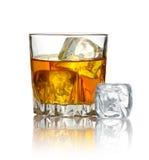 Glas Whisky und Eis auf Weiß Stockfotos