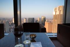 Glas wijn bij de bovenkant met de horizon van Tokyo royalty-vrije stock afbeelding