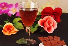 Glas wijn, chocolade en bloemen. Stock Afbeelding