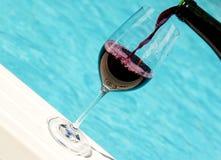 Glas Wijn door de Pool Stock Fotografie