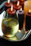 Glas wijn en kaarsen Stock Foto's