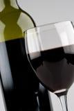 Glas Wijn met Fles Royalty-vrije Stock Foto's
