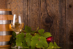 Glas wijn met fles in grapeleaves Royalty-vrije Stock Foto's
