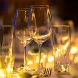 Glas wijn op de het huwelijksopstelling van het lijstdiner stock foto