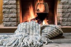 Glas wijn tegen comfortabele open haardachtergrond, hygge concept stock afbeelding