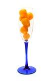 Glas wird durch gelbe Tomaten gefüllt Lizenzfreie Stockfotografie