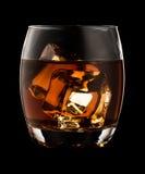 Glas wisky op zwarte achtergrond wordt geïsoleerd die Royalty-vrije Stock Afbeeldingen
