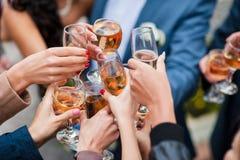 Glas witte wijn en champagne die toost maken Stock Afbeeldingen