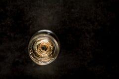 Glas witte wijn met binnen trouwringen Stock Afbeeldingen