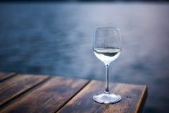 Glas witte wijn op lijst in strandrestaurant Stock Afbeeldingen