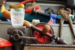 Glas Wodka auf Bauschlosser ` s Kolben Stockfoto