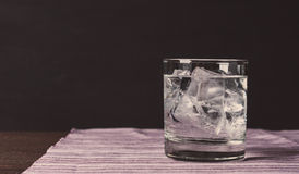 Glas Wodka auf den Felsen Stockfotos