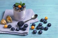 Glas yoghurt, muesli, munt, bosbessen stock afbeeldingen