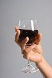 Glas in zijn hand Royalty-vrije Stock Afbeeldingen