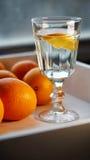 Glas zuiver water met een plak Stock Afbeeldingen