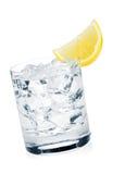 Glas zuiver water met ijsblokjes en citroenplak Stock Afbeeldingen