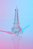 Glasabbildung des Eiffelturms im Rot Stockfotos