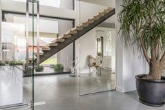 Glasad huskorridor fotografering för bildbyråer