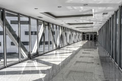 Glasad passage mellan byggnader Arkivfoto