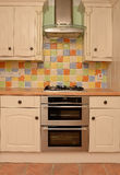 Glasad tegelplattavägg i modernt kök Fotografering för Bildbyråer