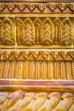 Glasad traditionell thailändsk konst för tegelplatta av kyrkan i tempel Arkivfoto