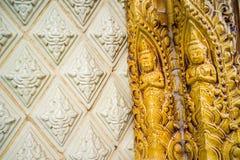 Glasad traditionell thailändsk konst för tegelplatta av kyrkan i tempel Royaltyfri Bild