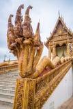 Glasad traditionell thailändsk konst för tegelplatta av kyrkan i tempel Royaltyfri Foto