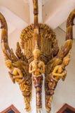 Glasad traditionell thailändsk konst för tegelplatta av kyrkan i tempel Arkivbilder