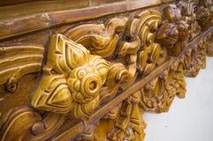 Glasad traditionell thailändsk konst för tegelplatta av kyrkan i tempel Royaltyfria Bilder
