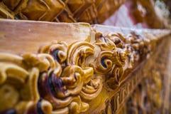 Glasad traditionell thailändsk konst för tegelplatta av kyrkan i tempel Royaltyfria Foton