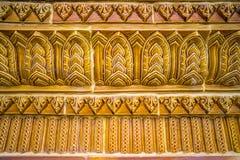 Glasad traditionell thailändsk konst för tegelplatta av kyrkan i tempel Royaltyfri Fotografi