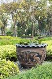 Glasad vattenjar med drakemodeller royaltyfri fotografi