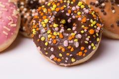 glasade donuts på en vit bakgrund arkivfoto