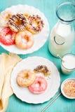 Glasade fria donuts för gluten med blandade stänk och duggregn fotografering för bildbyråer