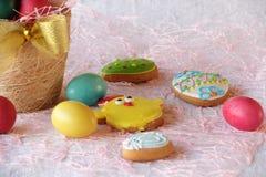 Glasade kakor och påskägg i en korg Royaltyfri Bild